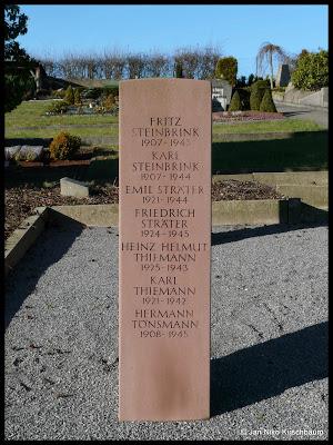 Eine der vier Stelen mit den Namen der Gefallenen.