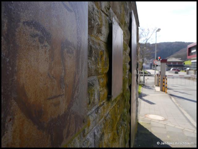 """""""Der Witterung ausgesetzt"""" zeigt als dreiteilige Arbeit Portraits von Obdachlosen in unterschiedlichen Lebensaltern, die mithilfe von Salzsäure in Metall geätzt wurden."""