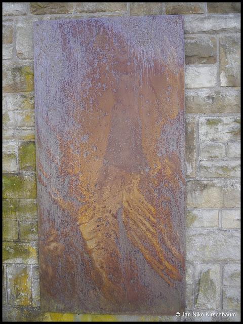 """""""Angesichts..."""" zeigt einen Menschen, dessen Körper von Sonne, Wind und Regen geprägt zu sein scheint."""